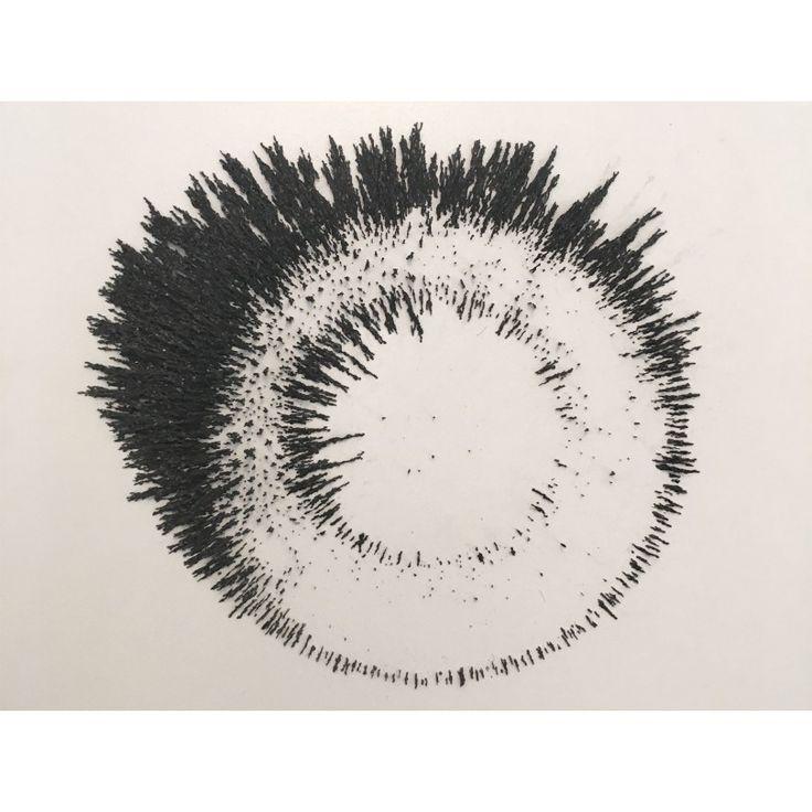 Takis, Sculpture magnétique, 1969.  Forme obtenue en lançant la limaille de fer sur une surface aimantée.