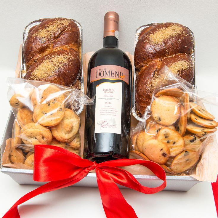 Doi mini cozonaci aburind, o sticla de vin rosu sec si pungute cu fursecuri frantuzesti, toate acestea sunt combinate in acest pachet cadou Bunatati de Craciun. Un cadou potrivit si care o sa fie savurat pe deplin. Pret: 108 lei.