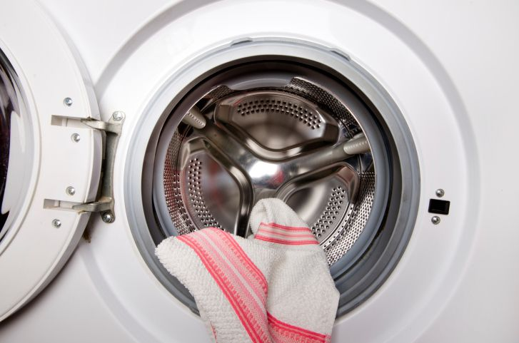 It's important to keep dish towels clean as they can harbour bacteria & damp which can lead to mould! Simply follow these tips on how to wash kitchen towels.