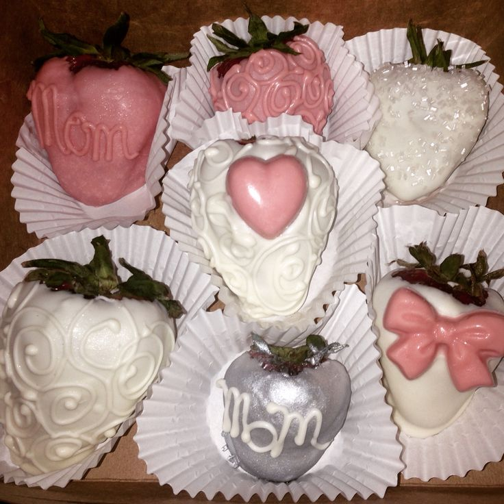 Chocolate covered strawberries for Mothers Day! #pink #white #silver #chocolatecoveedstrawberries