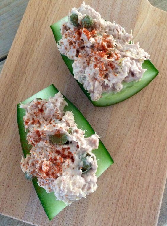 Graag deel ik deze met jullie, het is namelijk een zeer verantwoord tussendoortje. Deze komkommer snack met tonijn bestaat vooral uit eiwitten en groenten.