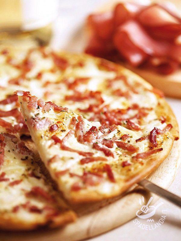 Burrata cheese and bacon pizza - Come si fa a resistere alla Pizza burrata e speck? Troppo golosa! Preparatela con l'impasto già pronto, se avete poco tempo! #pizzaburrata #pizzaspeck