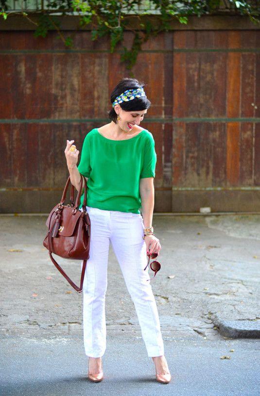 blusa de seda verde, calça branca jacquard, scarpin dourado, lenço azul e verde na cabeça