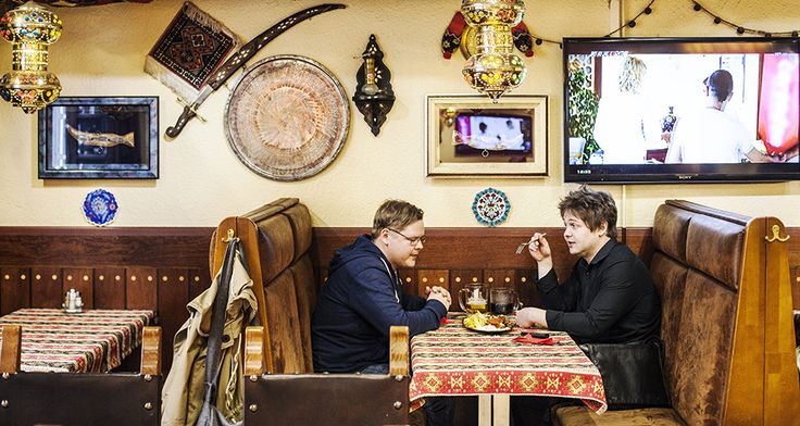 Kaksi kebabin ystävää lähti testaamaan, missä on Helsingin paras kebab. Laatu, tunnelma ja hintataso vaihtelivat suuresti, ja vastaan tuli myös luunsirpale yllättävässä paikassa.