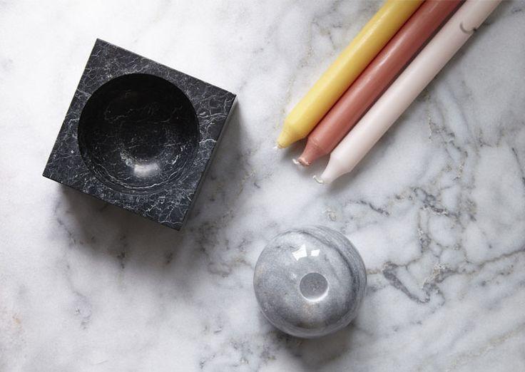 Set kugel en marbre très géométrique composé d'un cendrier ou vide-poche carré et d'un bougeoir rond des designers Berlinois Fundamental.