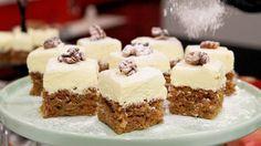 Saftig och kryddig kaka toppad med extra krämig frosting. Receptet är också ett bra sätt att använda upp resterna från råsaftpressning.