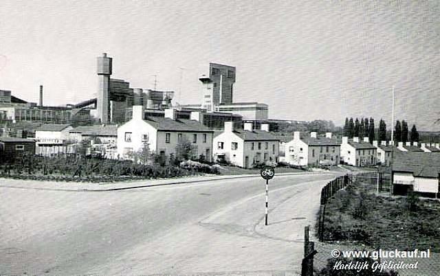 Kaart uit Brunssum, met mijnwerkershuizen en met de Staatsmijn Hendrik op de achtergrond.. © Bouten.
