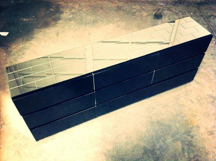 Consola brick (ladrillos de espejo y cajones de vidrio negro)by HAUS DESiGN