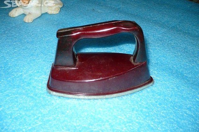 Prodám hračku retro žehličku,stará kolem 50let,cena 65Kč. - obrázek číslo 1