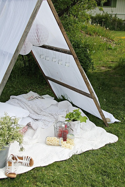 """""""10 sticks, 28 screws, a tablecloth and four stones.That's what you need to create a tent to the garden."""""""