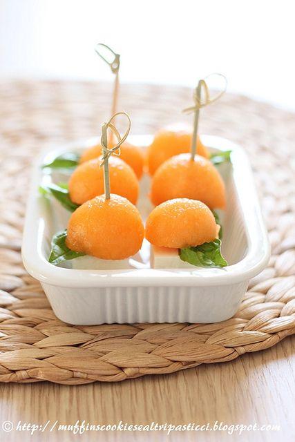 Spiedini di melone, feta e basilico