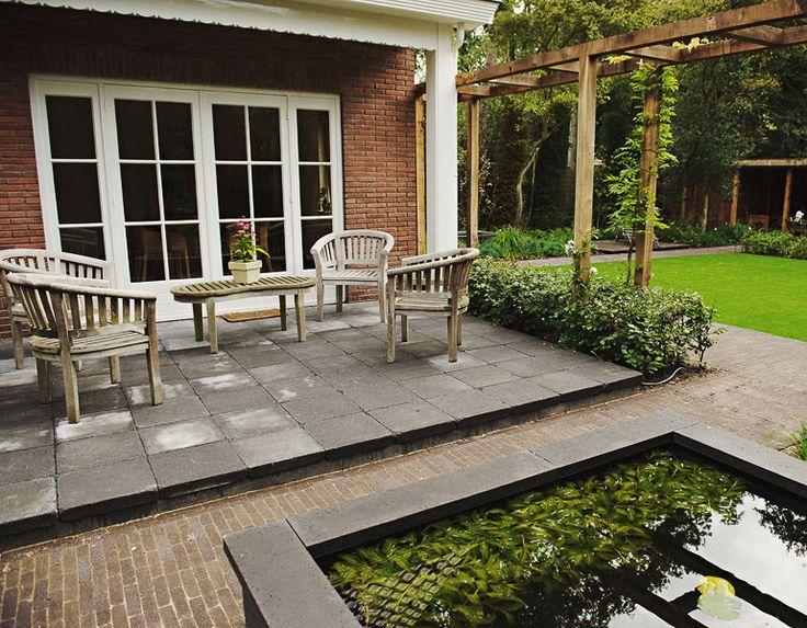 Tijdloze tuin met verhoogde vijver en verhoogd terras voor een goede aansluiting met het huis - Terras van huis ...