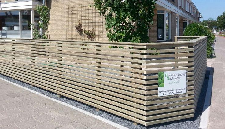 Lage erfafscheiding van geimpregneerd vurenhouten balkjes. Geplaatst door Hoveniersbedrijf Neeleman in Capelle a/d IJssel.