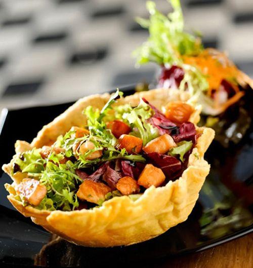 RECEITA: Salada di Milano, servida na cestinha de parmesão