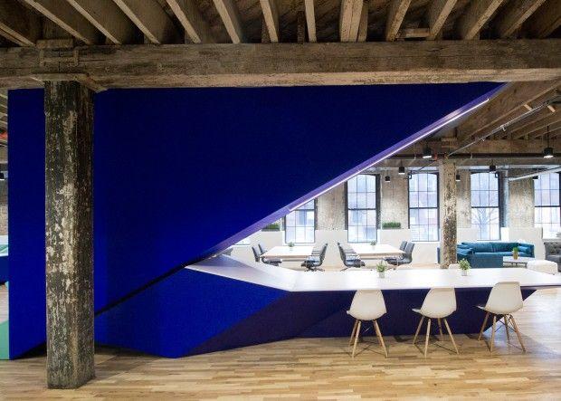 Leeser Architecture, studio basé à New York, a inséré ces escaliers angulaires aux couleurs vives dans un vieux bâtiment industriel à Brooklyn pour créer u