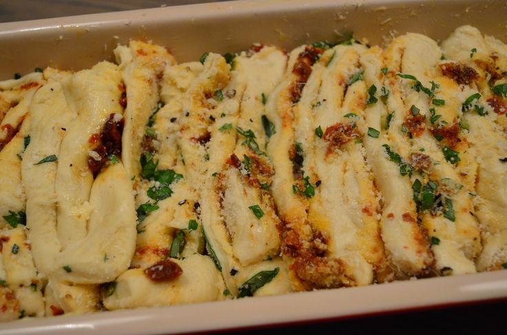 Pull apart bread med parmesan, tomato og basilikum