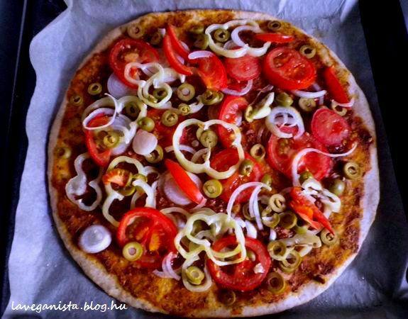 A+pizza,+mint+nagy+klasszikus+nem+hiányozhat+a+vegán+konyhából.+Otthon+is+könnyedén+elkészíthető,+és+biztosan+finomabb,+mint+bármelyik+félig+kihűlt+házhoz+rendelt+(a+mirelitről+nem+is+beszélve),+mert+frissen,+forrón+az+igazi.+A+feltétet+úgy+variálhatod,+ahogy+neked+tetszik,+a…