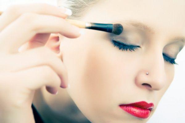 Урок макияжа. Как корректировать форму глаз с помощью косметики! 💋💄😍  В погоне за модными тенденциями мы часто забываем, что на самом деле главная задача макияжа – подкорректировать внешность так, чтобы все было гармоничным. В первую очередь внимание стоит уделять глазам – ведь что бы ни говорили, а главное, что в нас привлекает окружающих, это взгляд.  Если у вас широко расставленные глаза (то есть расстояние между ними больше, чем длина глаза), нужно затемнить внутренние уголки. То…