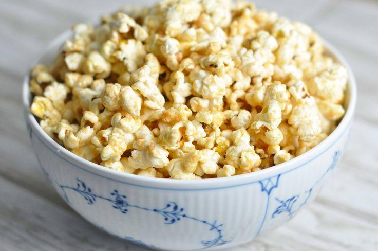 Popcorn med peanutbutter smager virkelig godt! De er super nemme at lave, og opskriften er god til at få bugt med den sidste rest peanutbutter i køleskabet.