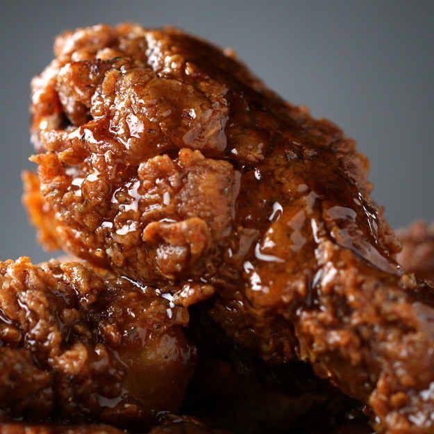 ZUTATEN2 Esslöffel Salz3 Esslöffel schwarzer Pfeffer2 Esslöffel Zwiebelpulver2 Esslöffel Knoblauchpulver3 Esslöffel Paprika2 Esslöffel gemahlenen Kreuzkümmel / Cumin2 Esslöffel getrockneter Oregano2 Teelöffel Cayennepfeffer8 Hühnerkeulen und -schlegel mit Haut und Knochen und 375 g Mehl700 ml Buttermilch Öl zum Braten Honig zum ServierenZUBEREITUNG1. In einer mittelgroßen Schüssel Salz, Pfeffer, Zwiebelpulver, Knoblauchpulver, Paprika, Kreuzkümmel, Oregano und Cayennepfeffer vermischen.2…