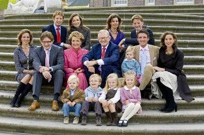Foto van Prinses Margriet en prof.mr. Pieter van Vollenhoven met hun kinderen en…
