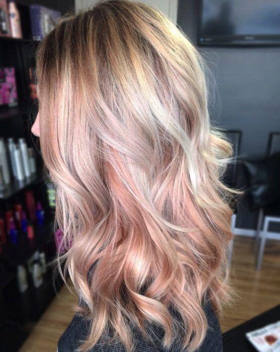 Chica usando el cabello en color rosa- dorado