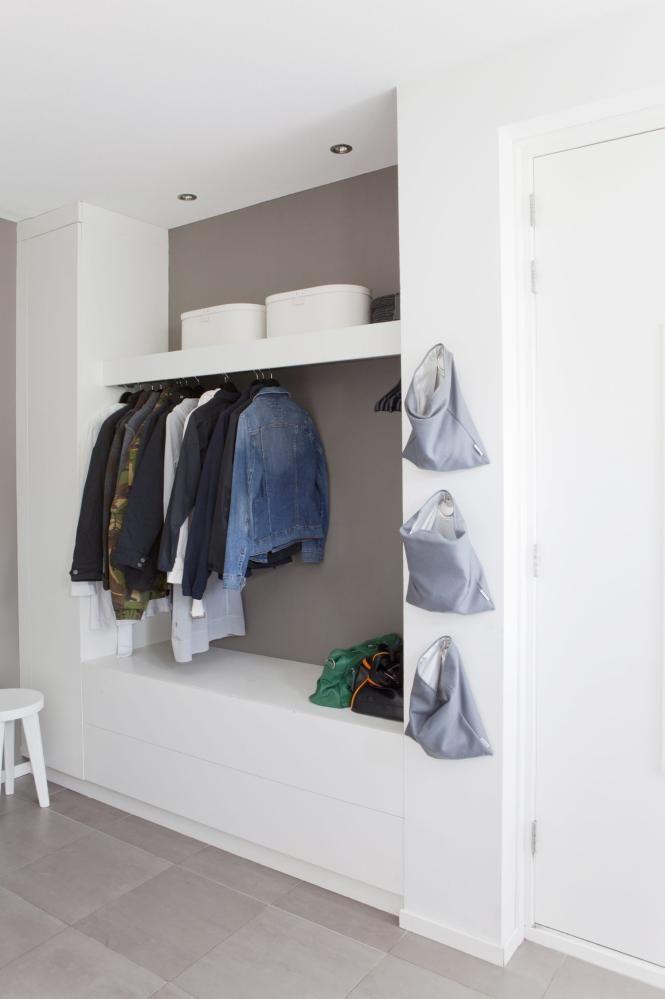 GANG: Garderobesystemet i gangen er plassbygget. Ved å felle garderoben inn i veggen, slipper du frittstående kommoder. La familien få hver sin lille pose til å henge tingene i på veggen.