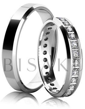 K13 Tento pár snubních prstenů si zamilujete pro jejich jemnost a rafinovanost. Na první pohled se mohou zdát tenké, ale až si je vyzkoušíte, poznáte, že jsou velmi výrazné. Zkosené hrany jsou příjemné a dodávají prstenům potřebný efekt. V dámském prstenu jsou zasazené kameny po celém obvodu. #bisaku #wedding #rings #engagement #svatba #snubni #prsteny
