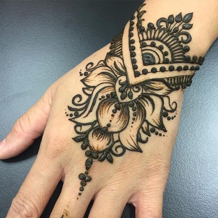 Extreme Close Up Of A Person S Wrist Freshly Decorated With Dark Henna Featuring Floral Motifs And Dots Henna Han Henna Tattoo Hand Wrist Henna Indian Henna