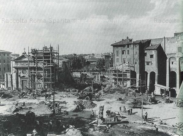 Chiesa di San Nicola in Carcere Year: 1930 ca. Jewish Temple built about 25 years prior and would be out of the photo much more on the right. The highway, immediately after the liberation of the Capitol from the houses of the Tarpeian Rock was the Via del Mare, the first to be called Via del Teatro di Marcello.