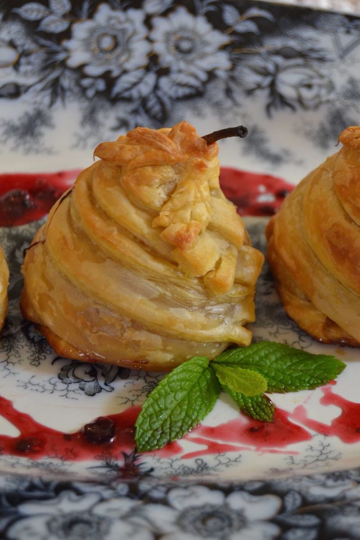 Pears poached in sweet wine and puff pastry.... Αχλάδια ποσέ με κρούστα ...