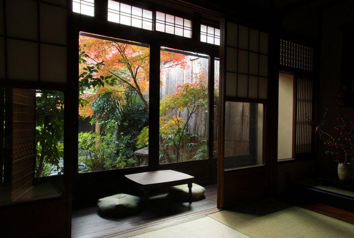 五条通りに面し、地下鉄五条駅より徒歩2分、JR京都駅より徒歩12分、京阪清水五条駅より徒歩10分、京都の中心地、四条河原町へも徒歩圏内という、京都散策にもってこいのお宿です。