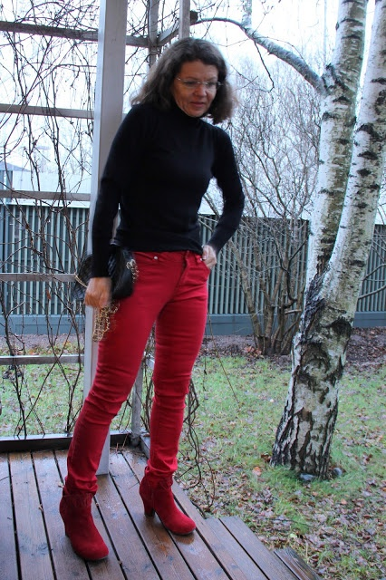 black pullover red jeans