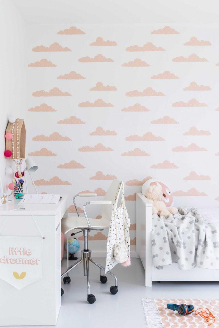 Meisjeskamer met wit-roze wolkjesbehang | Girls room with white and pink cloud wallpaper | vtwonen 09-2017 | Fotografie & styling Jonah Samyn