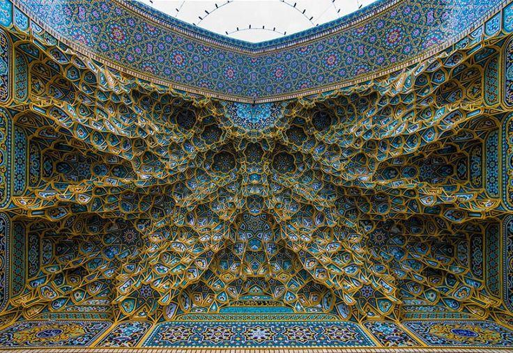 """La ricchezza dell'arte islamica ha da sempre incantato e non solo gli esperti di architettura. Entrare in una moschea o in mausoleo può sembrare un'avventura da """"Mille e una notte'. Infatti basta alzare gli occhi al cielo per essere catturati da disegni e colori che si intrecciano nei so"""