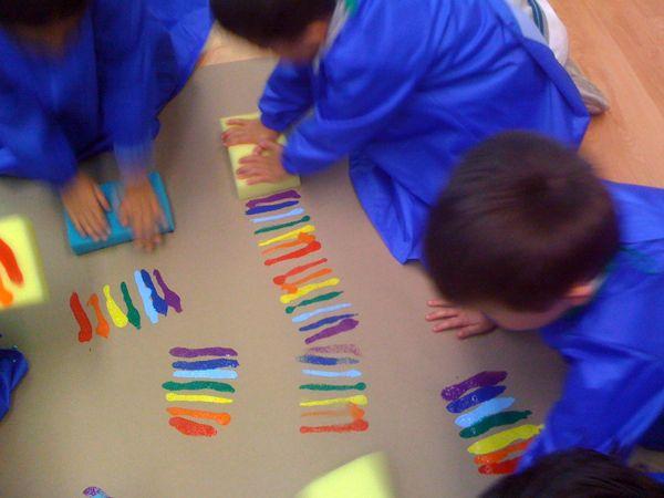 Esta actividad es todo un éxito con los niños, jugar con la esponja arco iris les da un momento de diversión además de aprender el orden de los 7 colores del arco iris.