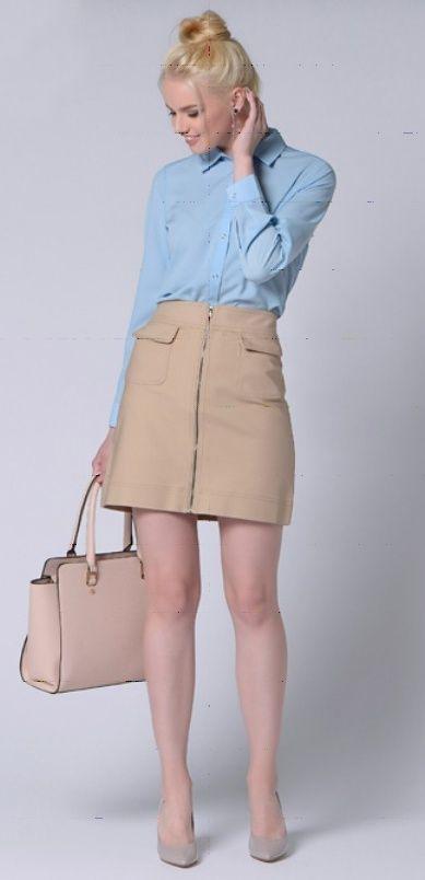 Синий плащ, бежевая юбка, бежевая сумка, бежевые туфли