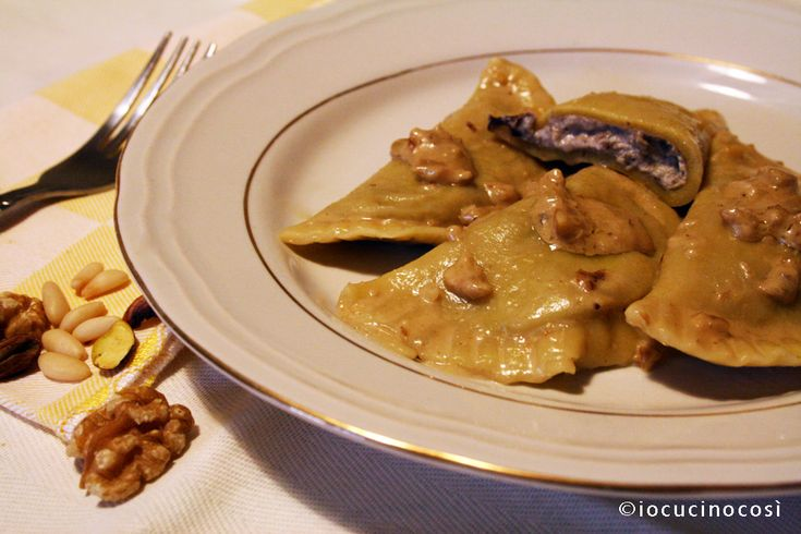 Mezzelune ripiene di funghi radicchio e ricotta | Ricetta pasta fresca ripiena