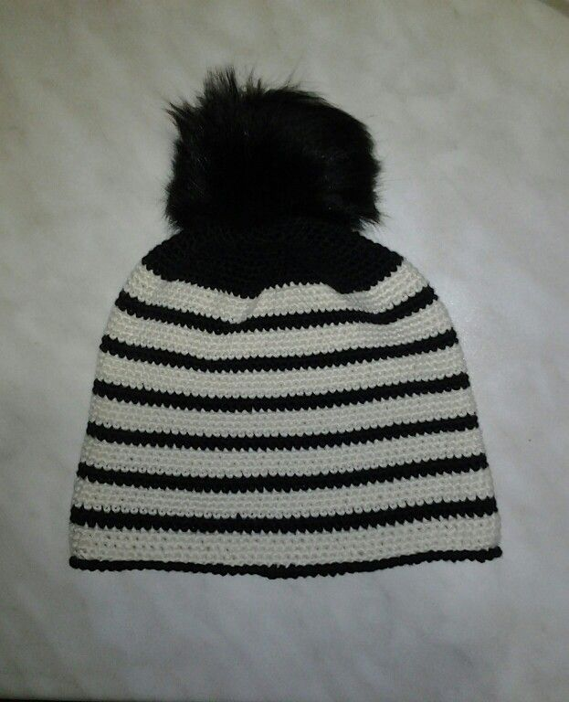cappello  all'uncinetto  con pom pom