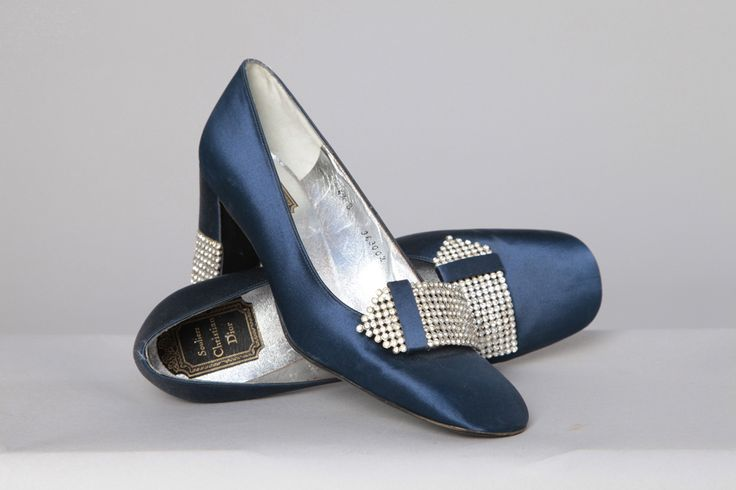 Paire de chaussures 1970 en cuir et satin avec strass