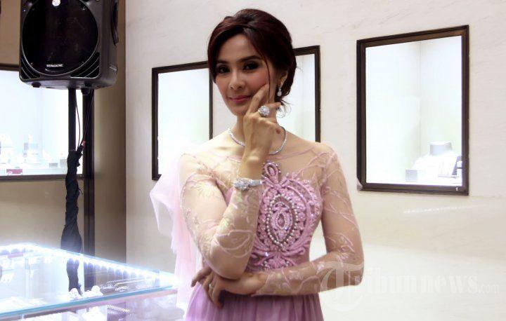 Maudy Koesnaedi Kenakan Perhiasan Frank & Co Jewellery, Foto 5 - Tribun Images