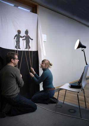 Mit einem eigenen Schattentheater seid ihr alles in einem: Theaterdirektor, Regisseur, Schauspieler, Erzähler. Los: Lasst die Puppen tanzen!