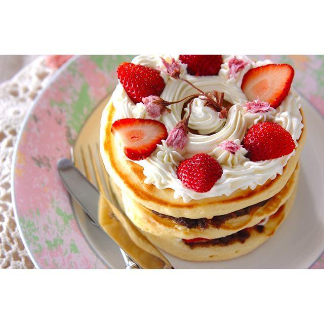 _erecipe_いつものパンケーキに イチゴ、小豆、ホイップクリームをサンドして 春らしいパンケーキタワーに。 ・ イチゴをたっぷりのせて、 ポイントに桜の塩漬けも飾れば まるでデコレーションケーキみたい! ひな祭りパーティにもぴったりですね。 ・ レシピは控えめの2段ですが、 セルクルを使って小さく焼けば、 もっと高いパンケーキタワーになりますよ♪ ・ 【春のホットケーキ】 レシピ・作り方は、プロフィールページのURLから、インスタグラムまとめページでご覧いただけます。 E・レシピのアプリをお使いの方は、レシピ名で検索してみてくださいね。 #ホットケーキ #パンケーキ #パンケーキタワー #ひな祭り #ひな祭りパーティ #いちご #小豆 #オーブンなし #フライパン #ホットケーキミックス #スイーツ #おもてなし #おうちごはん #おいしい #Eレシピ #レシピ #erecipe #recipe #cooking #pancake #pancaketower #pancakemix #hinamatsuri #strawberry #azuki #sweets