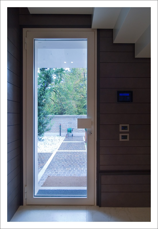 """www.aldenasite.com - Alzante scorrevole a due ante all'interno della parete, modello """"MIX"""". Porte interne a filo muro in finitura laccato. Le finestre sono dotate di sensori per allarme. Tende e zanzariere motorizzate con radiocomando. Portoncini blindati con pannellatura interna laccata bianca. - Double concealed lift-and-slide patio door model """"MIX"""". Lacquered flush interior doors. Windows are equipped with alarm sensors. Motorized curtains and flyscreens."""