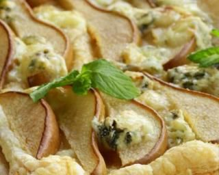 Tarte allégée aux poires et bleu d'Auvergne : http://www.fourchette-et-bikini.fr/recettes/recettes-minceur/tarte-allegee-aux-poires-et-bleu-dauvergne.html
