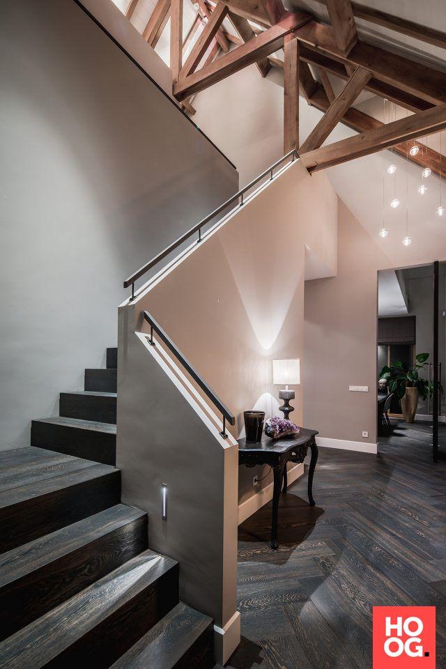 Hal met luxe trap en houten vloer | hal inrichting | interieur inspiratie | hallway ideas | Hoog.design