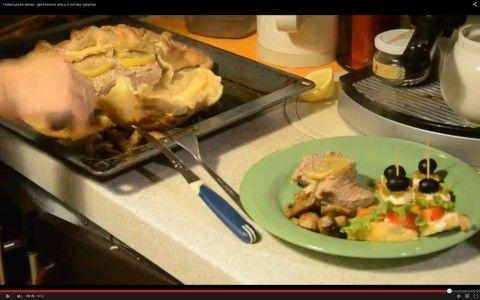Мясо, запеченное в тесте и итальянские закуски.