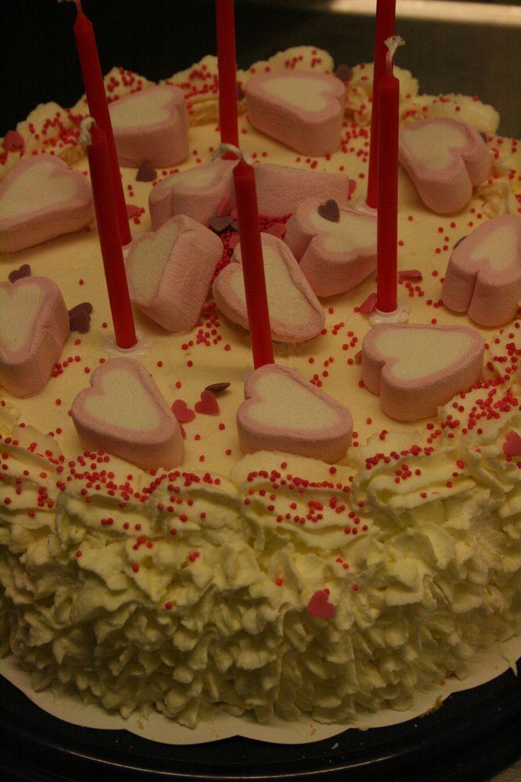 Nuoren neidin syntymäpäiväkakku vadelma-punaherukkahilloke- ja rahka-kerma-täytteellä.
