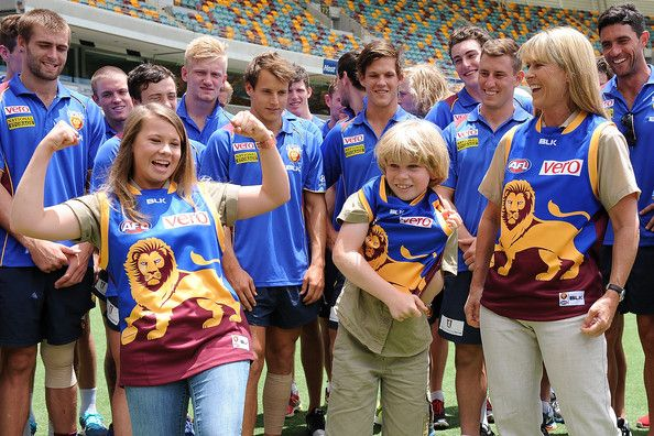 Bindi Irwin and Terri Irwin Photos Photos - Bindi, Terri and Robert Irwin pose for a photo with Lions players during a Brisbane Lions AFL media opportunity at The Gabba on February 3, 2014 in Brisbane, Australia. - Brisbane Lions Media Opportunity