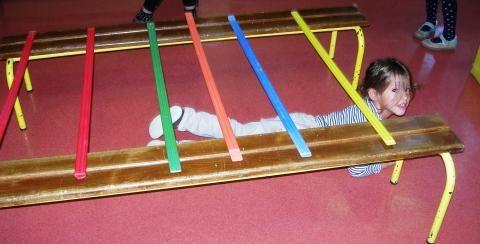 onder de stokken of touwtjes door, zonder ze aan te raken!